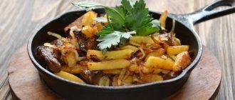 жареная картошка с мясом на сковороде
