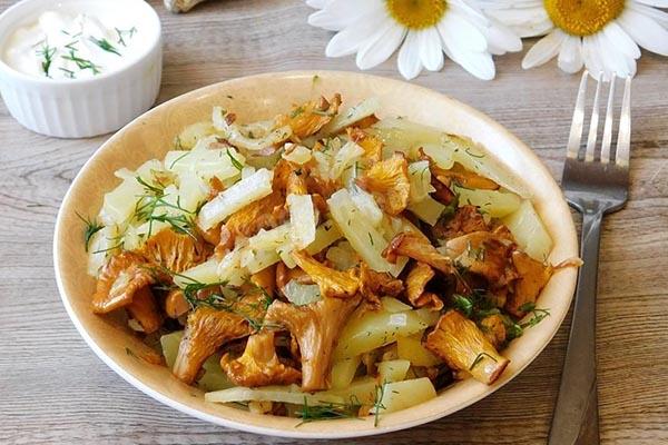 как жарить лисички с картошкой на сковороде